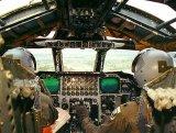 A pilótafülke az elektrooptikai rendszer monitoraival