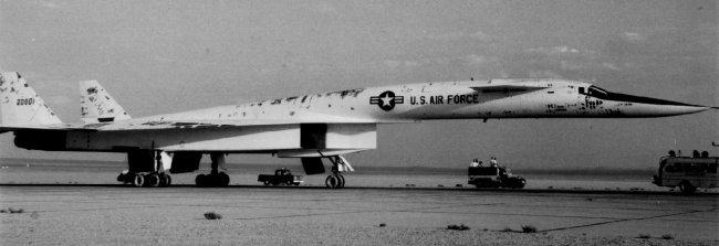 A nagysebességű repülések alatt a gépről foszlányokban szakadt a festés