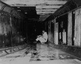 Mérnökök ücsörögnek az XB-70 szívócsatornájában. Állva is kényelmesen elfértek benne...