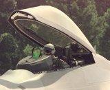 Az F-22 pilótafülkéje. Jól látszik a head-up display