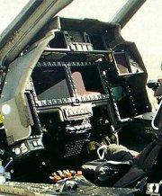 A pilótafülke nagyméretű színes kijelzői megkönnyítik a csatatér rengeteg adatát átlátni és felhasználni. Meglehetősen hasonlít az F-22 műszerfalára.